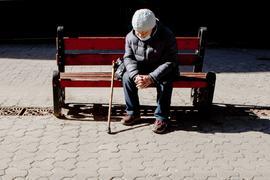 Alleine und einsam: Besonders viele ältere Menschen (hier ein Symbolbild) leiden zurzeit an Kontaktarmut oder sozialer Isolation, die schwerwiegende gesundheitliche Folgen haben kann. Doch es gibt Hilfsprojekte, die den Betroffenen den Weg zurück in die Gemeinschaft erleichtern.
