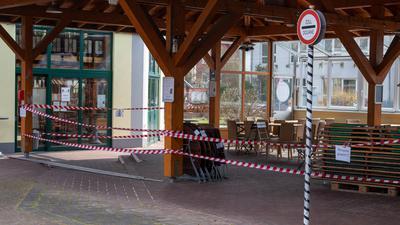 Noch ist der Biergarten der Abtei-Brauerei gesperrt. Nach Ostern sollen viele Betriebe, Geschäfte und Außengastronomien im Saarland wieder öffnen dürfen. Das kleine Bundesland will dann mit dem Ausstieg aus dem Lockdown beginnen.