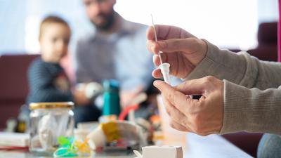 """Immer mehr Tests in der dritten Welle: Laut geänderten Corona-Regeln in Baden-Württemberg müssen sich jetzt die Menschen, die mit """"Kontaktpersonen der Kategorie 1"""" im gleichen Haushalt leben, frühzeitig auf eine Infektion testen lassen."""