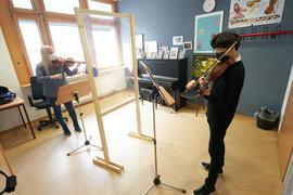 Für den Musikunterricht in der Pandemie gelten neue Regeln. Die entsprechende Corona-Verordnung des Landes Baden-Württemberg legt besonderen Wert auf Hygiene und empfiehlt durchsichtige Schutzwände zwischen Lehrern und Schülern.