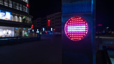 Ein Stop-Piktogramm an einer Rolltreppe leuchtet am späten Abend nach Beginn der Ausgangsbeschränkungen zur Eindämmung der Corona-Pandemie in der Innenstadt. Wegen stark steigender Corona-Infektionszahlen verhängt die Region Hannover vom 01. bis zum 12. April nächtliche Ausgangssperren. +++ dpa-Bildfunk +++