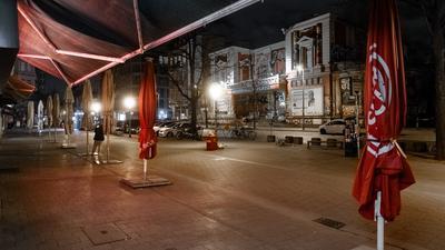 Der Bürgersteig vor den Restaurants und Bars am Schulterblatt gegenüber der Roten Flora ist bereits zu Beginn der Ausgangssperre menschenleer. In Hamburg gilt seit Karfreitag eine nächtliche Ausgangsbeschränkung. Die neue Regel gilt zwischen 21.00 und 5.00 Uhr. In Hamburg dürfen die Menschen Häuser und Wohnungen nicht mehr ohne triftigen Grund verlassen. +++ dpa-Bildfunk +++