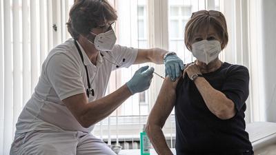 Schwer gefordert und schlecht bezahlt? Ohne die vielen engagierten Impfärzte ist der Sieg über Corona schwer vorstellbar. Experten sehen noch mehr Belastung auf die Impfpraxen zukommen und schlagen deswegen eine bessere und flexiblere Vergütung der Mediziner vor.