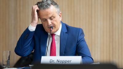 Frank Nopper (CDU), Oberbürgermeister von Stuttgart, nimmt an einer Sondersitzung des Innenausschusses zu einer Demonstration gegen Corona-Auflagen am 17. April 2021 in der baden-württembergischen Landeshauptstadt teil.