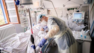 Größte Herausforderung seit Jahrzehnten: Die Corona-Pandemie brachte das schwer belastete Gesundheitssystem in Deutschland bislang nicht an ihre Leistungsgrenzen - doch sie forderte den Medizinern vieles ab und leerte die finanziellen Reserven der Krankenkassen.