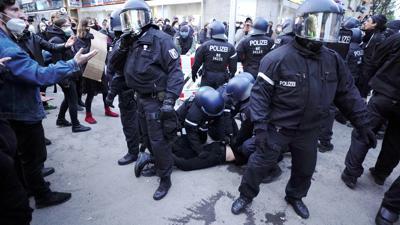 Mit Gewalt gegen das Gewaltmonopol: Während die Kriminalität in Deutschland relativ gering bleibt, wird die Verrohung in Teilen der Gesellschaft zum Problem. Polizisten geraten nicht selten in gefährliche Situationen, etwa auf Demonstrationen, und es gibt mehr Gewalttaten gegen Polizeibeamte.