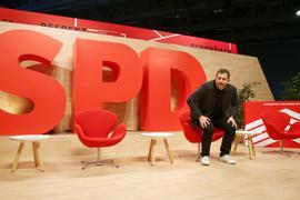 Lars Klingbeil, Generalsekretär der SPD, sitzt beim Bundesparteitag der SPD auf einem Stuhl.