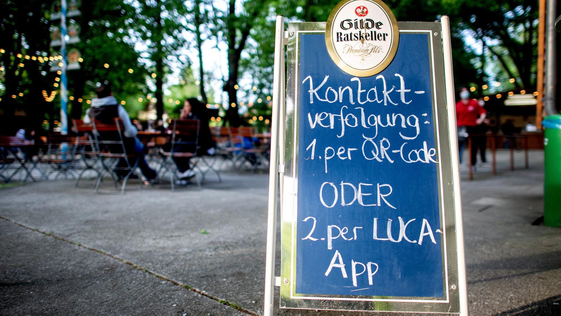 Entlastung für Gesundheitsämter: Zwar sollen in Baden-Württemberg weiterhin per App oder Formular die Daten von Besuchern der Restaurants, Konzerte. Schwimmbäder und anderer Einrichtungen gesammelt werden. Doch es werden bald voraussichtlich nicht mehr alle Kontaktpersonen von Infizierten verfolgt.