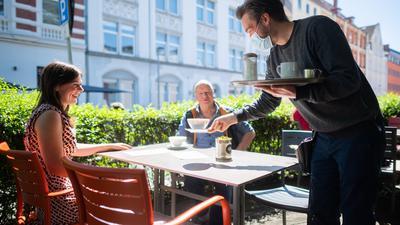 Noch ein Stück gelockert: Laut der neuen Corona-Verordnung fallen von diesem Montag an in Baden-Württemberg unter anderem in der Gastronomie bis zu einer Inzidenz von 35 alle Einschränkungen weg.