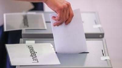 Stimmabgabe am Wahltag: Wie sich die Wähler entscheiden, wird von vielen Faktoren beeinflusst. Auch die Umfragewerte in der Zeit vor der Wahl spielen laut Experten eine große Rolle.