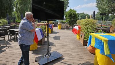 Vorbereitungen für das Fußballfest: Mancherorts, wie hier in Aachen, machen sich Gastronomie-Betreiber bereits startklar für das Public Viewing. In der Region gibt es dazu unterschiedliche Regelungen.