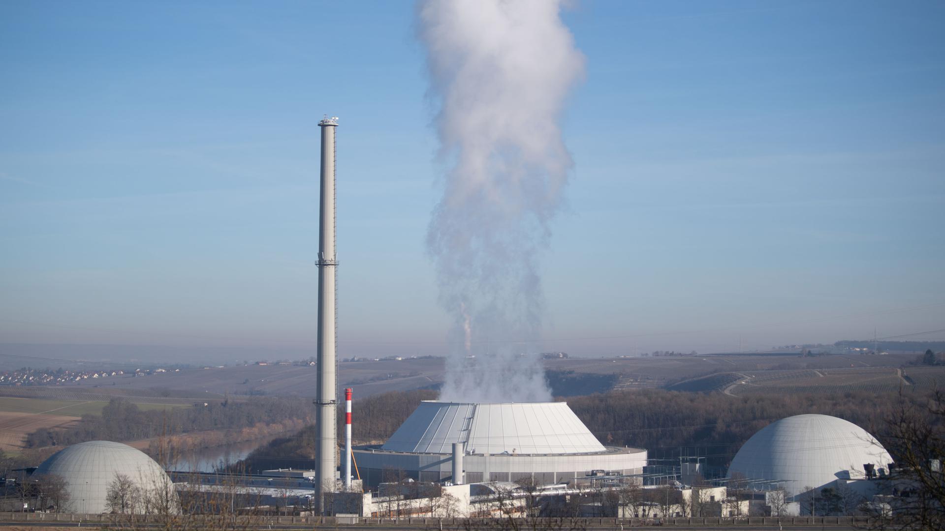 Während in Deutschland Ende 2022 die verbleibenden Kernkraftwerke - hier das AKW Neckarwestheim bei Heilbronn - abgeschaltet werden sollen, setzen die EU-Nachbarländer Frankreich und Polen voll auf die Kernkraft.