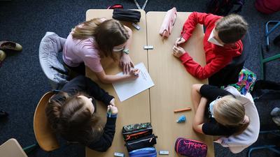 """Schülerinnen und Schüler der Klasse 6a am Goethe-Gymnasium in Hamburg-Lurup schreiben in einer Gruppenarbeit im Klassenzimmer ihre Wünsche für das neue Schuljahr auf einen Zettel unter dem Motto: """"Darauf freue ich mich?"""" am ersten Schultag nach den Ferien. Nach rund sechs Wochen Sommerferien starteten Hamburgs Schülerinnen und Schüler am Donnerstag, 05.08.2021 ins neue Schuljahr - bereits zum zweiten Mal unter Corona-Bedingungen. Es gelten weiterhin unter anderem eine Test- und Maskenpflicht für die Kinder und Jugendlichen sowie ein umfangreiches Hygiene- und Lüftungskonzept. +++ dpa-Bildfunk +++"""
