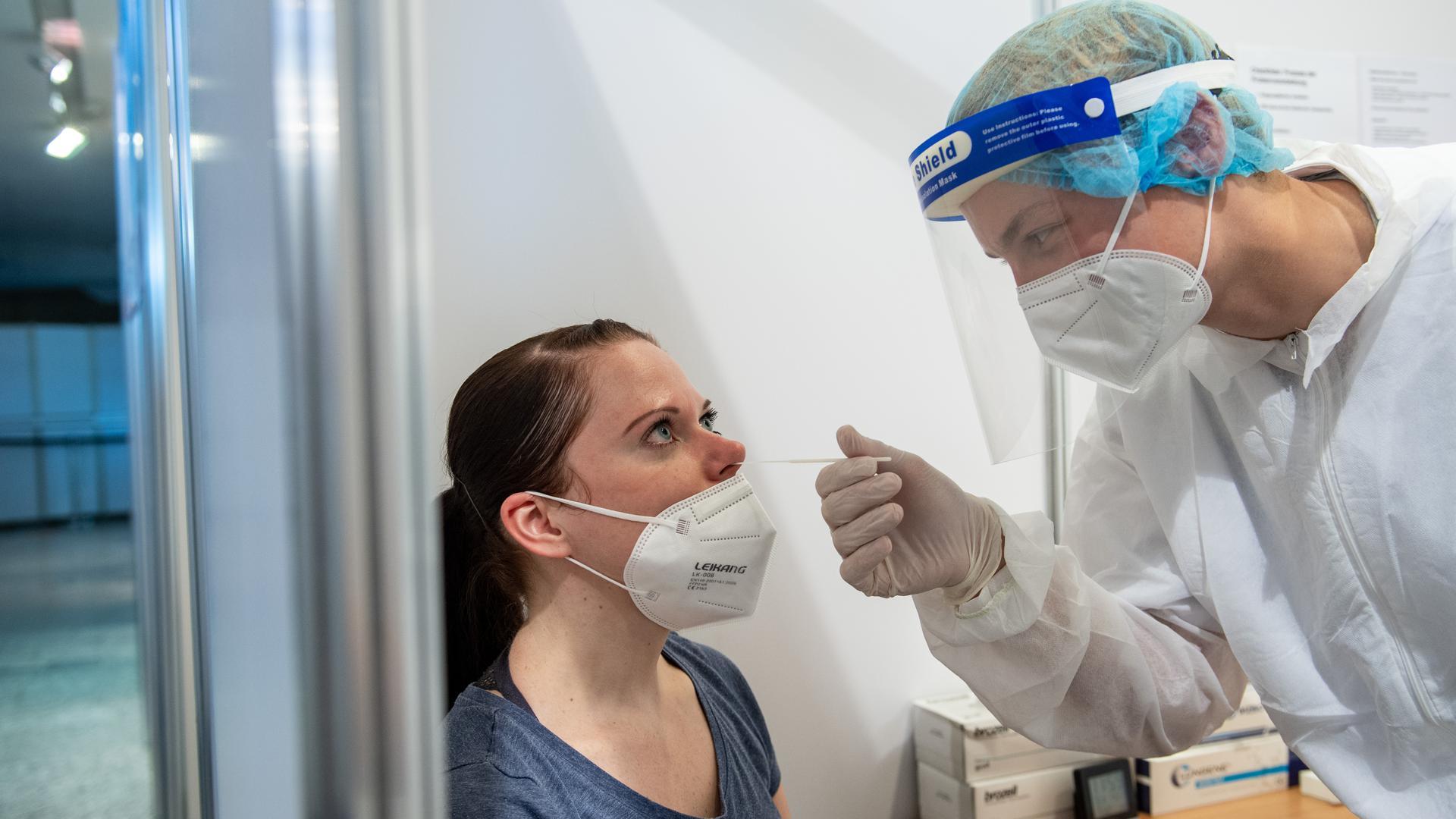 Ein Corona-Tester führt im Coronatestzentrum im Gewandhaus in Leipzig einen Schnelltest durch. +++ dpa-Bildfunk +++