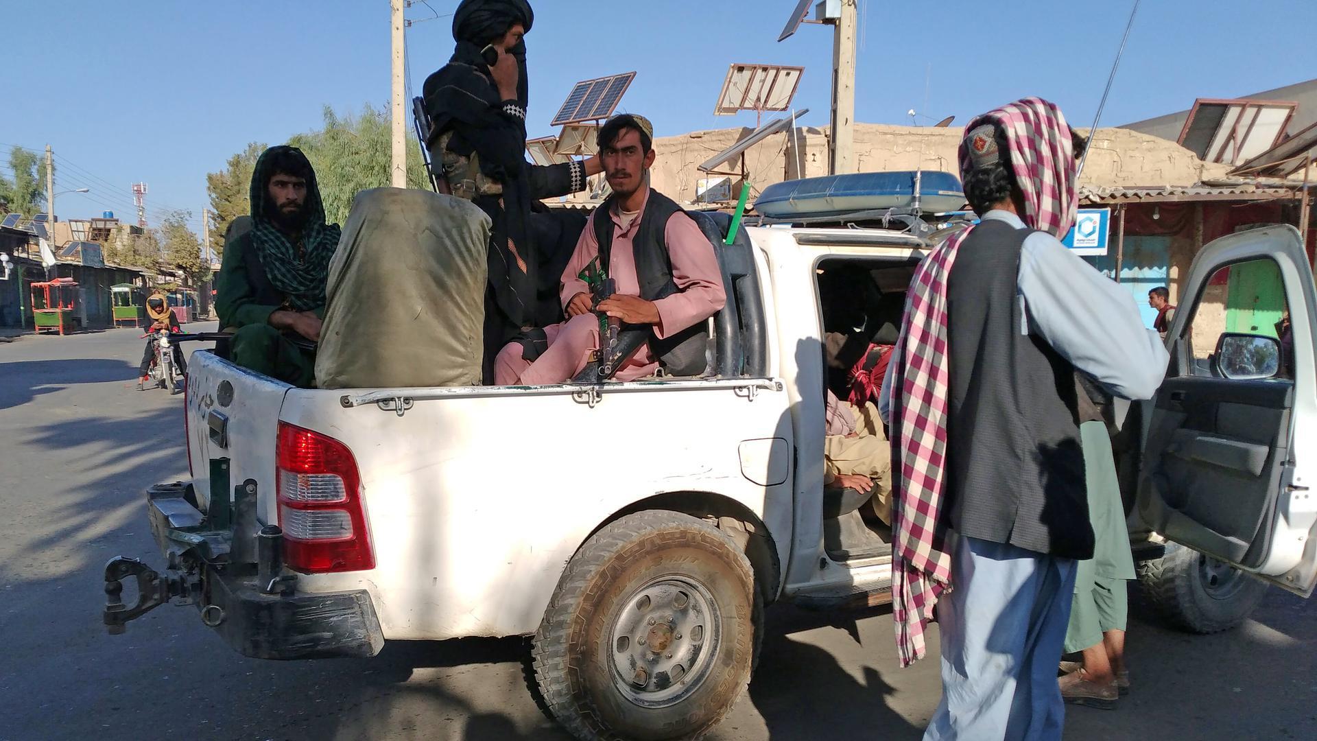 Die militant-islamistischen Taliban weiten ihren schnellen Vormarsch weiter aus. Das bereitet den USA Sorgen, die sich derzeit um die Ausreise ihrer Botschaftsmitarbeiter kümmert.