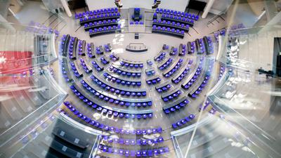 Der leere Plenarsaal des Deutschen Bundestages ist von der Fraktionsebene aus zu sehen. Das Bundesverfassungsgericht veröffentlicht heute (13.08.2021) die Entscheidung über den Eilantrag der Opposition gegen die Wahlrechtsreform. Ziel der im Oktober 2020 von Union und SPD beschlossenen Reform ist die Verkleinerung des Bundestags. Die Fraktionen von FDP, Grünen und Linken lassen das Gesetz in Karlsruhe auf seine Verfassungsmäßigkeit überprüfen. Mit dem Eilantrag wollen sie erreichen, dass die Änderungen bei der Bundestagswahl am 26. September nicht angewandt werden dürfen. +++ dpa-Bildfunk +++