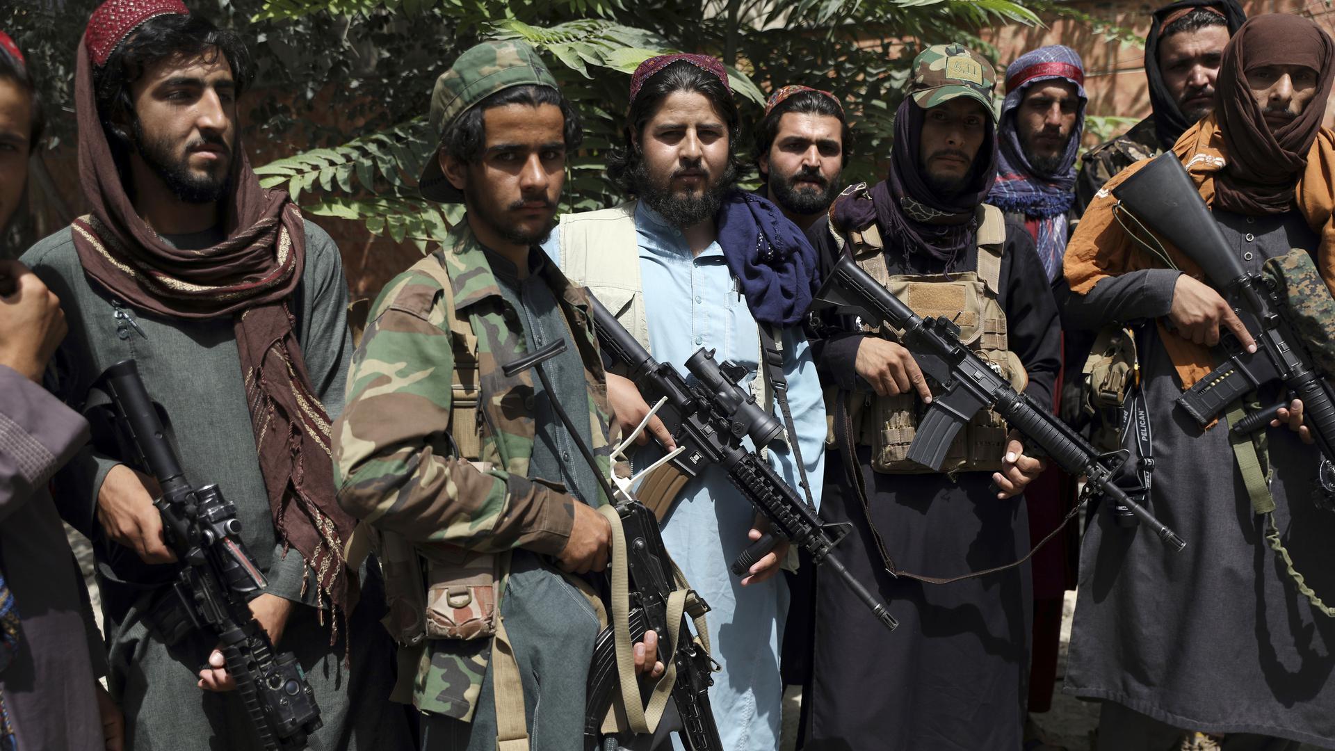 Taliban-Kämpfer stehen wir ein Foto zusammen im Viertel Wazir Akbar Khan. Die Taliban versichten am Dienstag, 17.08.2021, dass die Sicherheit von Botschaften und der Stadt Kabul gewährleistet sei, auch setzten sie sich für die Rechte von Frauen im Rahmen der islamischen Scharia ein. +++ dpa-Bildfunk +++