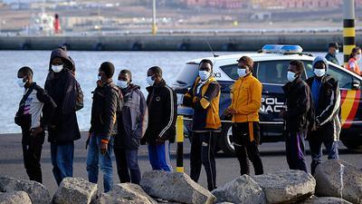 Migranten stehen Schlange, nachdem sie auf Fuerteventura an Land gegangen sind. 58 Migranten, die aus Afrika nach Spanien gelangen wollten, wurden in der Nähe der Insel Fuerteventura gerettet. +++ dpa-Bildfunk +++