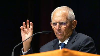 Wolfgang Schäuble (CDU), Bundestagspräsident, spricht auf einer Wahlkampfveranstaltung der CDU.