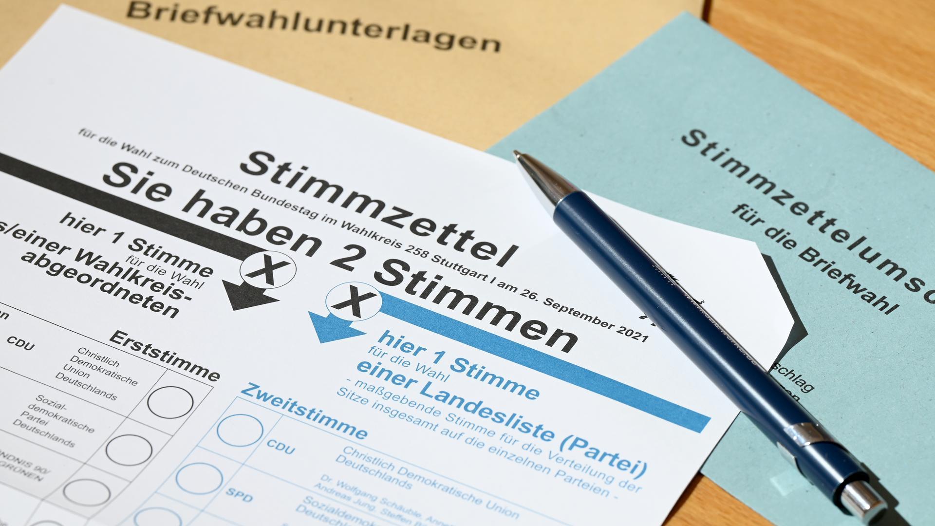 Ein Stimmzettel für die Briefwahl zur Bundestagswahl liegt auf einem Tisch. +++ dpa-Bildfunk +++