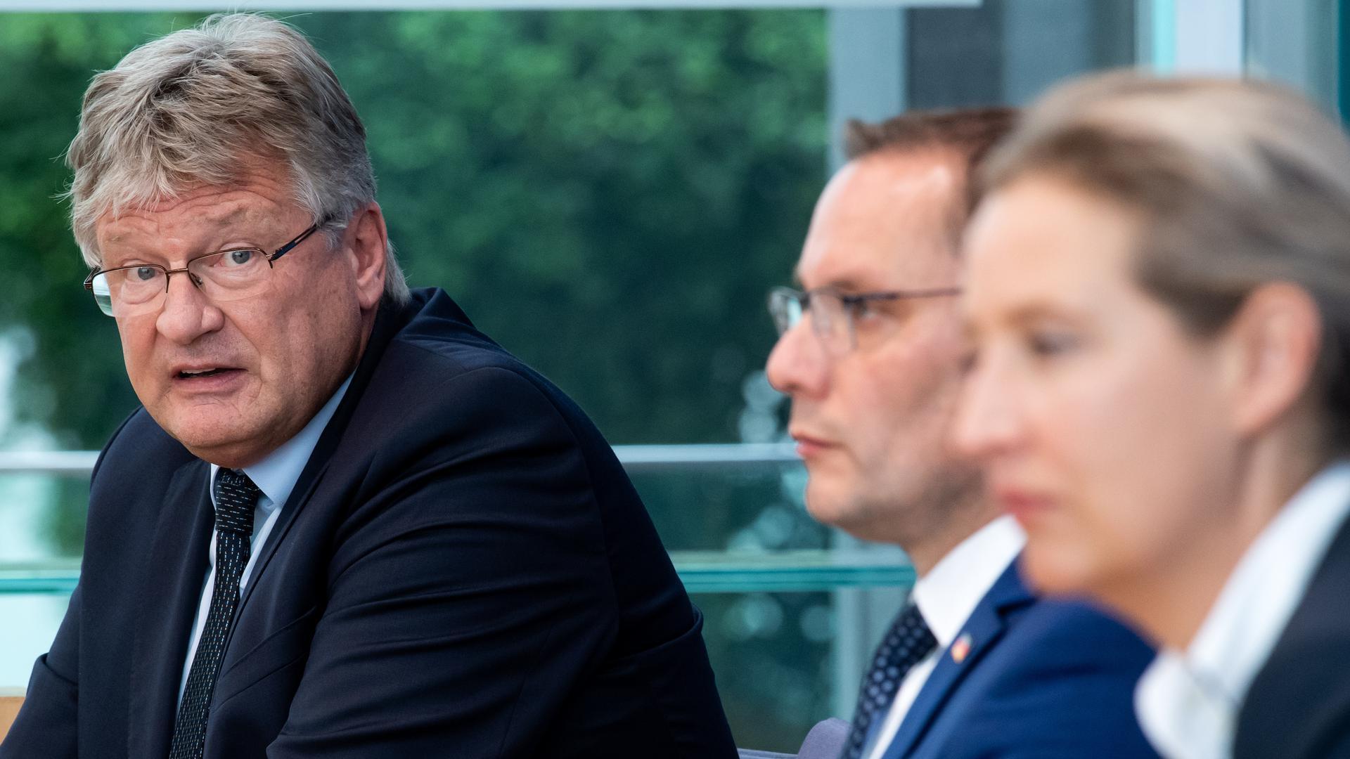Nahendes Ende eines Machtkampfes: Jörg Meuthen, Bundessprecher der AfD (links), kann sich im Kräftemessen mit den beiden AfD-Fraktionschefs Tino Chrupalla (Mitte) und Alice Weidel nicht durchsetzen und will sich im Dezember aus den ersten Reihen zurückziehen.