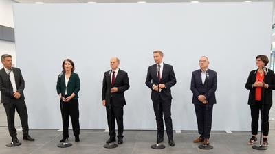 Sechs optimistische Sondierer: Die Grünen-Chefs Robert Habeck und Annalena Baerbock, SPD-Kanzlerkandidat Olaf Scholz, FDP-Vorsitzender Christian Lindner und die SPD-Spitze um Saskia Esken und Norbert Walter-Borjans gehen von Koalitionsverhandlungen und deren Gelingen aus.