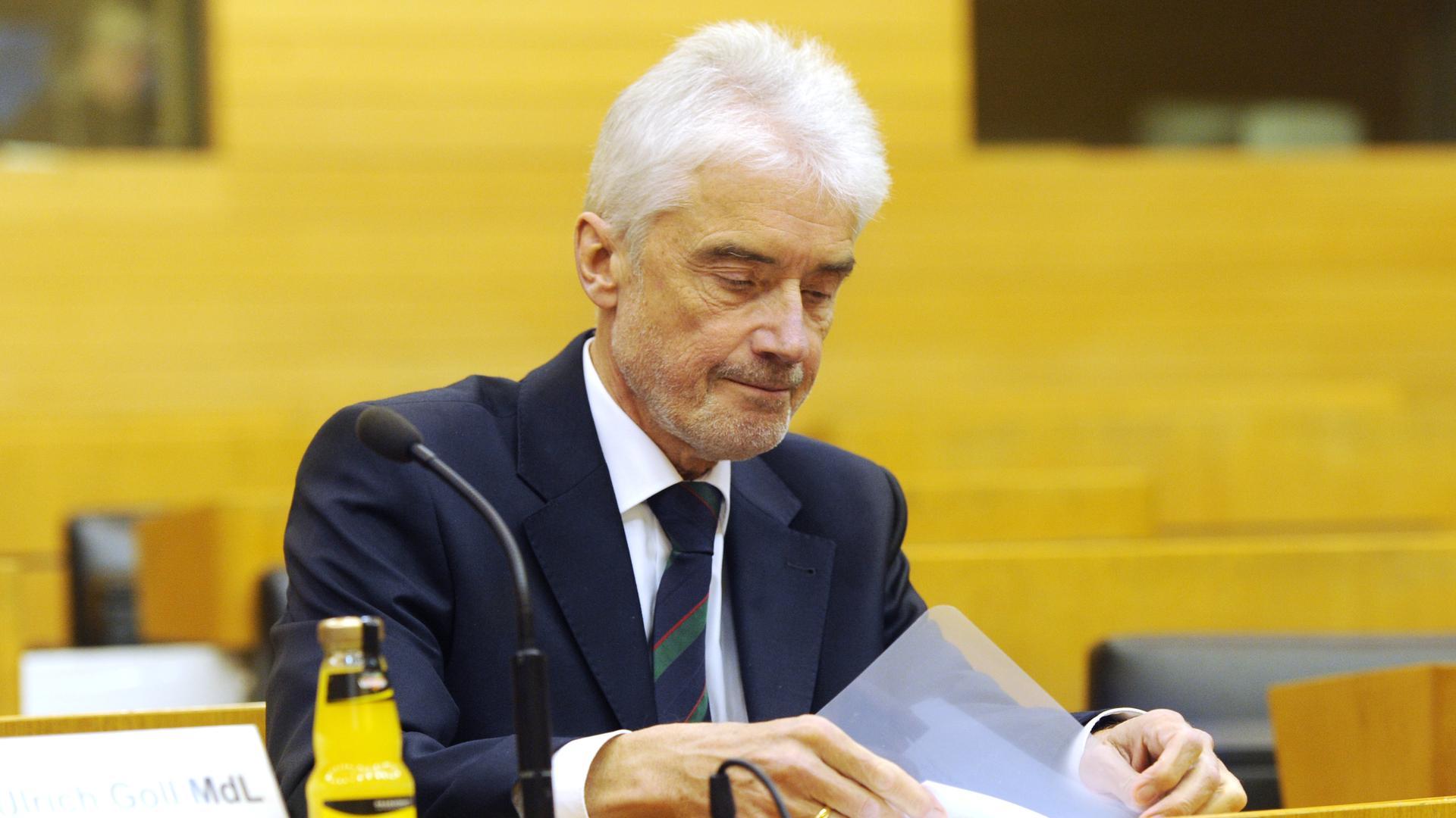 Ulrich Goll (FDP), der ehemalige Justizminister von Baden-Württemberg, sitzt im Plenarsaal im Landtag von Baden-Württemberg.