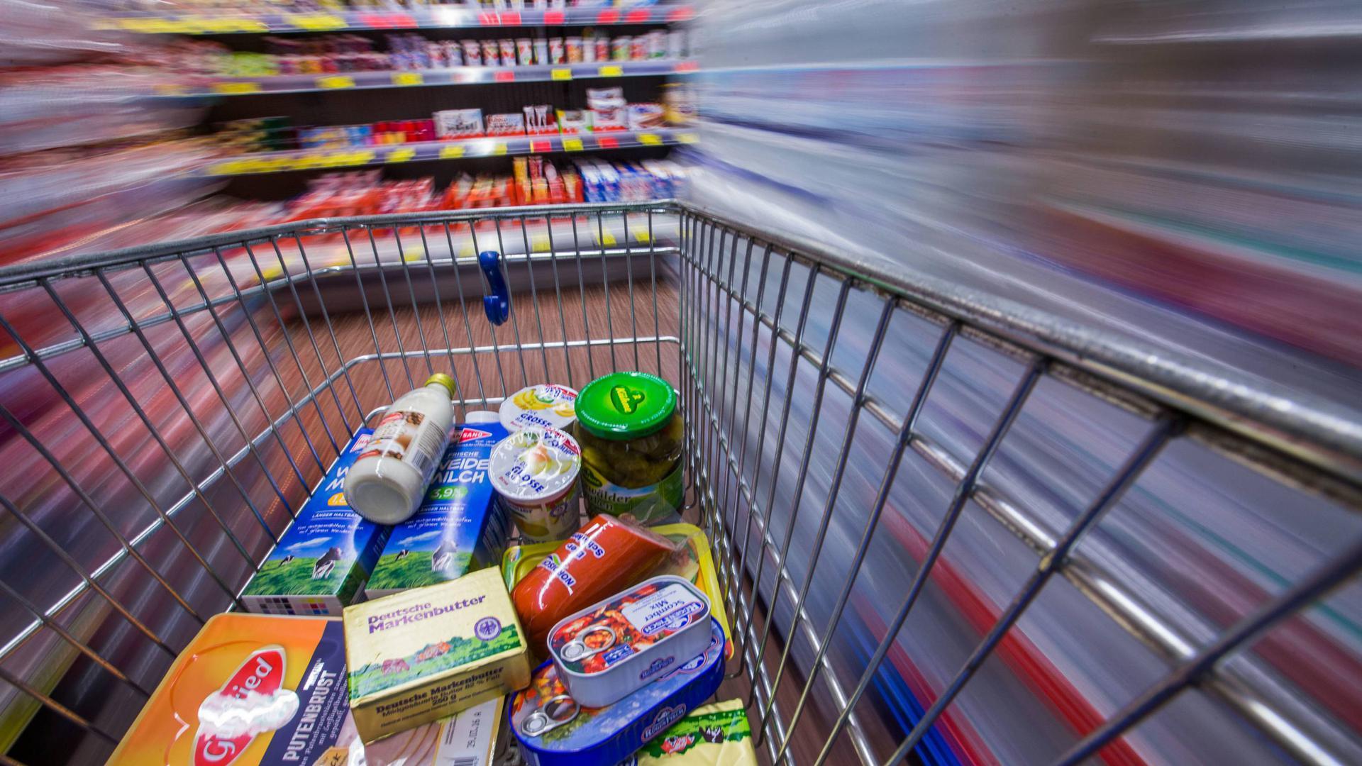 Lebensmittel liegen in einem Markt in einen Einkaufswagen.