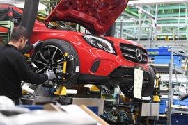 """ARCHIV - 04.02.2019, Baden-Württemberg, Rastatt: Im Werk Rastatt der Daimler AG werden an einem Mercedes-Benz GLA die Reifen angebracht. (Zu dpa """"EY-Studie: Chinesen kaufen weniger europäische Firmen"""") Foto: Uli Deck/dpa +++ dpa-Bildfunk +++   Verwendung weltweit"""