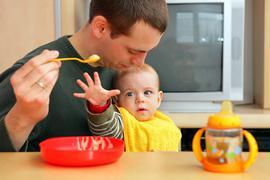 ILLUSTRATION - Ein Vater füttert am 20.03.2008 in Mainz (Rheinland-Pfalz) ein Baby. Mehr als jeder vierte Vater hat in Bayern zuletzt Elterngeld bezogen, die meisten davon setzten inElternzeit vom Beruf aus. Nur in Sachsen ist der Väteranteil beimElterngeld noch höher. Foto:Uwe Anspach/dpa (zu dpa «Bayerische Väter beim Elterngeld auf Platz zwei» vom 06.10.2016) +++(c) dpa - Bildfunk+++   Verwendung weltweit