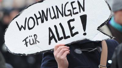 ARCHIV - 10.11.2012, Hamburg: Ein Frau demonstriert zusammen mit knapp 3000 Menschen gegen steigenden Mieten. (zu dpa «Auf dem Weg zu Berliner Verhältnissen? - Vor dem Aktionstag «Mietenwahnsinn stoppen»») Foto: Angelika Warmuth/dpa +++ dpa-Bildfunk +++ | Verwendung weltweit