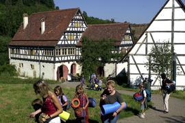 Die Teilnehmer einer Jugendfreizeit verlassen das Gelände des Freilichtmuseums Beuren, wo sie die Nacht in einer alten Scheune verbracht hatten.