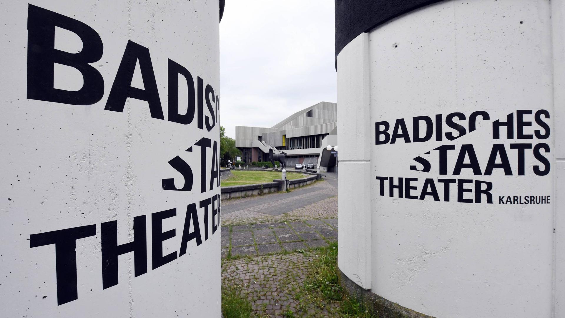 ARCHIV - 02.05.2018, Baden-Württemberg, Karlsruhe: Das Badische Staatstheater. Foto: Uli Deck/dpa +++ dpa-Bildfunk +++   Verwendung weltweit
