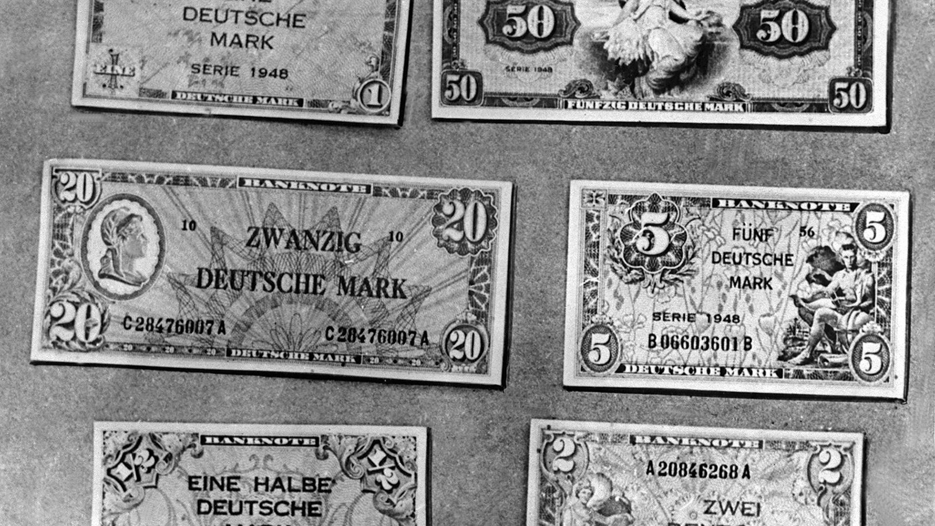 Die neuen deutschen Geldscheine, die ab dem 21. Juni 1948 im Zuge der Währungsreform gültig waren. Oberste Reihe: Eine Deutsche Mark, Fünfzig Deutsche Mark; mittlere Reihe: Zwanzig Deutsche Mark, Fünf Deutsche Mark; unterste Reihe: Eine Halbe Deutsche Mark, Zwei Deutsche Mark.