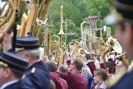 Vor dem Schloss Karlsruhe (Baden-Württemberg) findet am 17.05.2015 beim Musikfest Baden-Württemberg ein großes Gemeinschaftskonzert statt. Die Teilnehmer halten dabei ihre Instrumente zum Musikergruß in die Höhe.