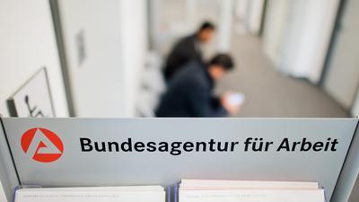 """ARCHIV- Zwei Männer warten am 29.10.2014 in der Bundesagentur für Arbeit in Lehrte in der Region Hannover (Niedersachsen). Foto: Julian Stratenschulte/dpa (zu dpa """"Arbeitsmarktmarkt-Vorschau"""" vom 29.08.2015) +++ dpa-Bildfunk +++"""