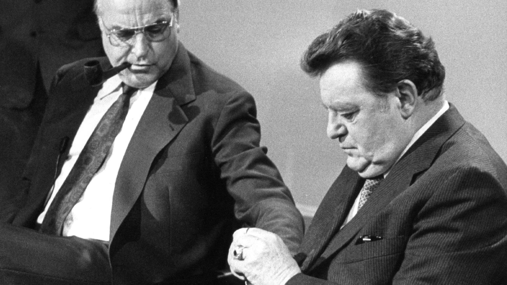 """ARCHIV - Der bayerische Ministerpräsident und Kanzlerkandidat der CDU/CSU, Franz Josef Strauß (r), und der CDU-Vorsitzende Helmut Kohl unterhalten sich kurz vor Beginn einer Gesprächsrunde der Parteivorsitzenden zum Wahlausgang in einem Bonner Fernsehstudio. Bei den Wahlen zum 9. Deutschen Bundestag am 5. Oktober 1980 wurde die Regierungskoalition aus SPD/FDP bestätigt. Sie erreichten 42,9 (SPD) und 10,6 (FDP) Prozent der Stimmen. Die CDU/CSU mußte Verluste hinnehmen und kam zusammen auf 44,5 Prozent. Der Mythos Strauß lebt auch 27 Jahre nach dem Tod des politischen Schwergewichts. Am Sonntag (6. September) wäre Strauß 100 Jahre alt geworden. Foto:Heinrich Sanden/dpa (zu dpa """" Verehrt und gehasst - Franz Josef Strauß wäre 100 geworden"""" vom 03.09.2015) +++ dpa-Bildfunk +++"""