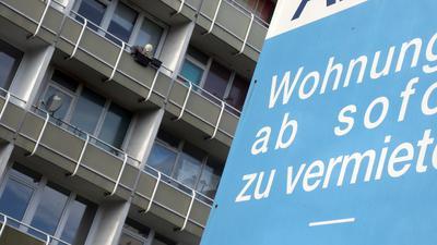 19.11.2020, Berlin: An einem Wohngebäude in Lichtenberg hängt ein Plakat, auf dem auf die Vermietung von Wohnungen hingewiesen wird. Im Abgeordnetenhaus wurde in einer Aktuellen Stunde das Thema Mietendeckel debattiert. Foto: Wolfgang Kumm/dpa +++ dpa-Bildfunk +++