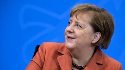 13.12.2020, Berlin: Bundeskanzlerin Angela Merkel (CDU) lächelt auf der Pressekonferenz im Bundeskanzleramt im Anschluss an die Schaltkonferenz von ihr und der Bundesregierung mit den Ministerpräsidenten der Länder. Das öffentliche Leben in Deutschland soll angesichts der sich ausbreitenden Corona-Pandemie schon ab kommenden Mittwoch (16. Dezember 2020) drastisch heruntergefahren werden. Foto: Bernd von Jutrczenka/dpa-Pool/dpa +++ dpa-Bildfunk +++