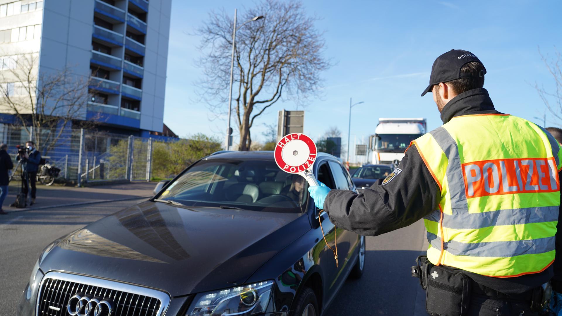 Coronavirus: Deutschland schließt Grenze zu Frankreich. Einsatzkräfte der Bundespolizei kontrollieren den Grenzübergang Kehl/Straßburg.