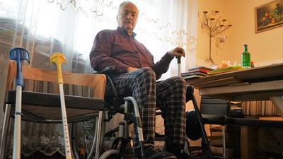 Sergiy Kelm aus Iffezheim sitzt in seinem Rollstuhl