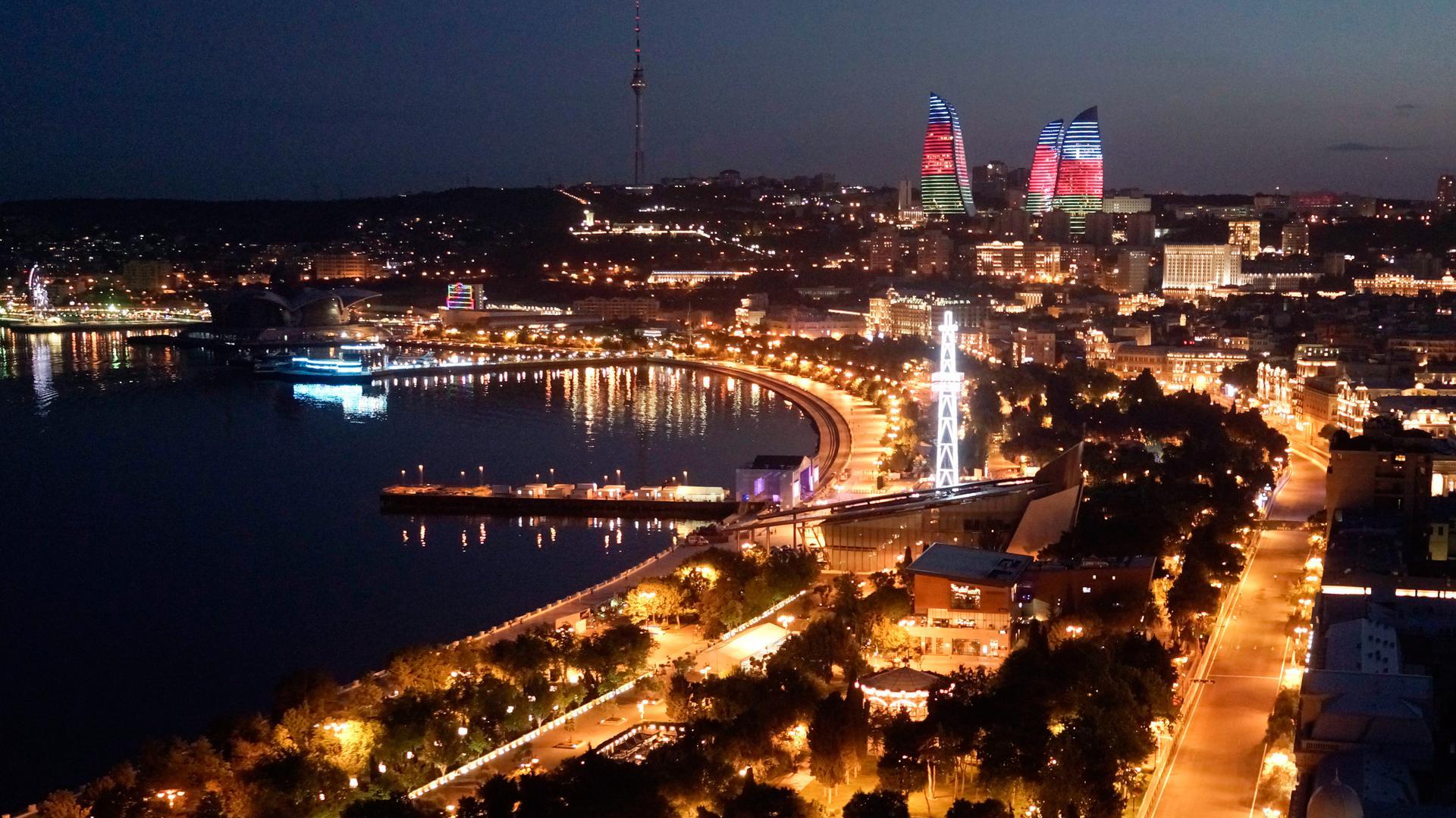 Das nächtliche Stadtzentrum von Baku, der Hauptstadt Aserbaidschans.