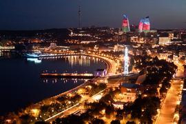 """Das nächtliche Stadtzentrum von Baku, der Hauptstadt Aserbaidschan, aufgenommen am 22.06.2017. Die Stadt am kaspischen Meer ist an diesem Wochenende Gastgeber des Großer Preis von Aserbaidschan. Das Rennen in Baku, das vorbei an neuen Glitzerfassaden und durch Teile der Unesco-geschützten Altstadt führt, war einer der letzten großen Ecclestone-Deals. (zu dpa """"Ecclestones Altlasten: Baku-Gastspiel stört neue Formel-1-Chefs"""" am 23.06.2017) Foto: Efrem Lukatsky/AP/dpa +++ dpa-Bildfunk +++"""