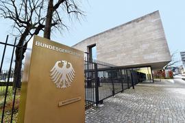 Das neue Empfangsgebäude des BGH an der Herrenstraße gibt es seit 2012, im Obergeschoss ist der Verhandlungssaal der Strafsenate. Die Urteile des BGH haben oft Bedeutung für viele Menschen, immer wieder werden grundsätzliche Rechtsfragen geklärt.