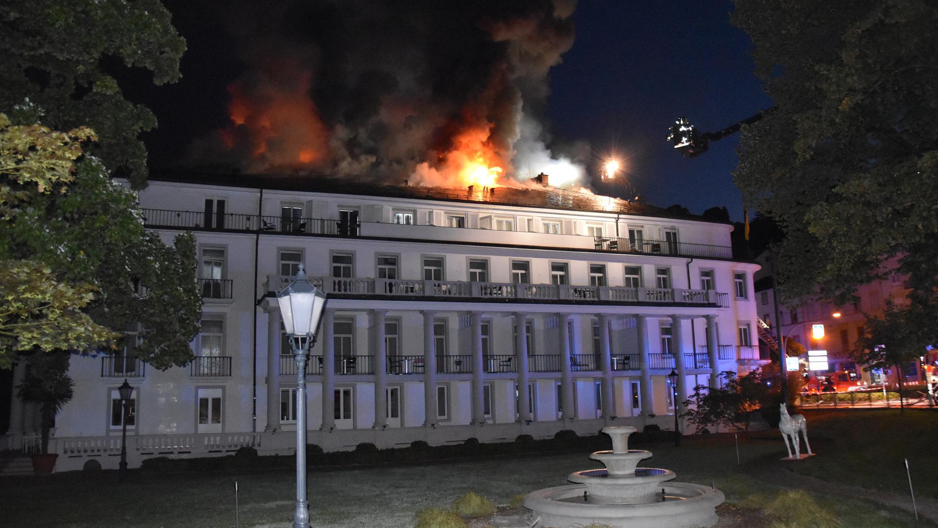 Ein Haus brennt.
