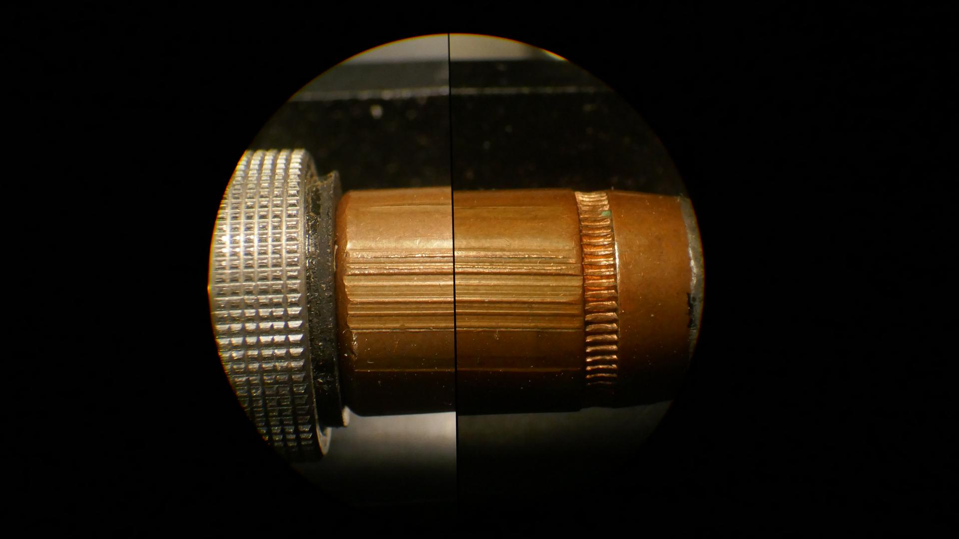 Blick durch ein Vergleichsmikroskop des Landeskriminalamtes auf zwei abgefeuerte Gewehrkugeln