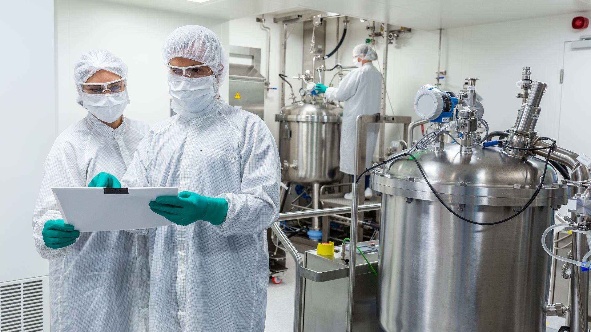 Komplex und anspruchsvoll: Die Corona-Impfstoffproduktion, wie hier beim Tübinger Hersteller Curevac erfordert eine hohe Expertise und gilt wegen der strengen Sicherheitsanforderungen als eine  schwierige Aufgabe.
