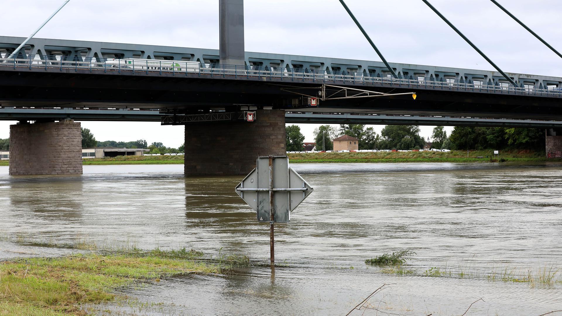 Hochwasseralarm bei Maxau am Rhein: In der Nacht auf Mittwoch soll der Pegel von 7,50 Metern überschritten werden. Deswegen bereitet sich der Karlsruher Hafen darauf vor, sein Sperrtor zu schließen.