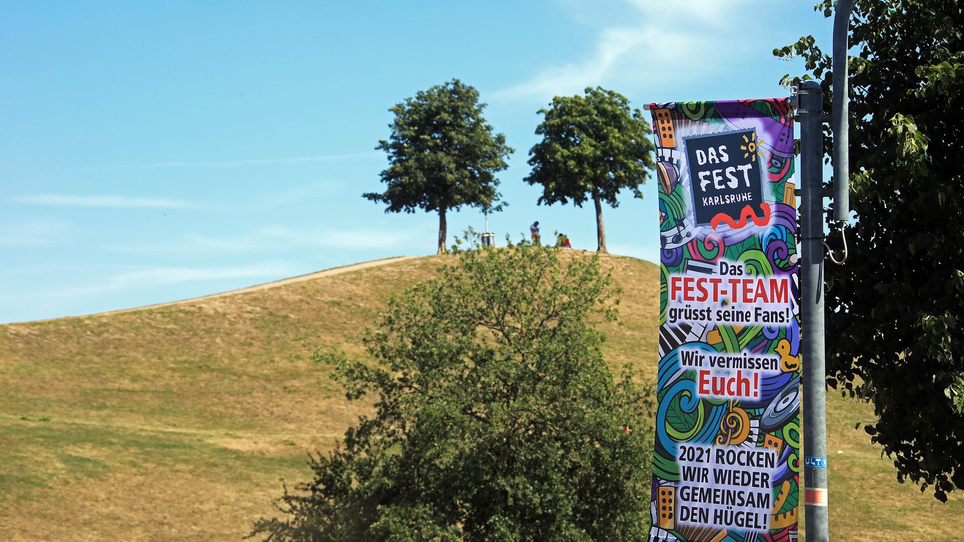 """Keine Party am Hügel: Wegen Corona kann dieses Wochenende in der Karlsruher Günther-Klotz-Anlage """"Das Fest"""" nicht stattfinden. Die Organisatoren grüßen in der Anlage ihre Fans."""