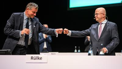 Hans-Ulrich Rülke (l), Vorsitzender der FDP/DVP-Fraktion im Landtag von Baden-Württemberg und Michael Theurer (r), Vorsitzender der FDP Baden-Württemberg, fausten sich beim Landesparteitag der FDP Baden-Württemberg zu. +++ dpa-Bildfunk +++